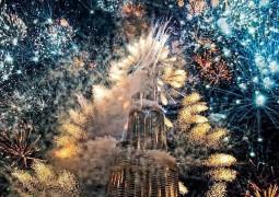دبي تبدأ العام الجديد بإطلاق كمية كبيرة من الألعاب النارية من أعلى بناية في العالم