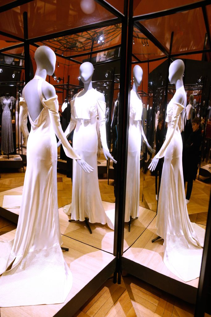 "92ae207089b62 احتفلت شركة ""LANVIN"" وشركة ""SWAROVSKI"" (الراعي الرسمي لمعرض جاين لانفين)  بمعرض مصممة الأزياء ومؤسسة ماركة ""LANVIN"" جاين لانفين والذي أقيم في متحف  الموضة ..."