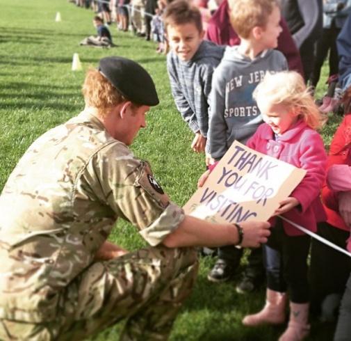 الأمير هاري وهو يرقص في قاعدة عسكرية (2)