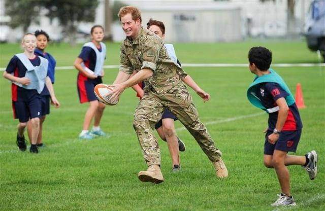 الأمير هاري وهو يرقص في قاعدة عسكرية (3)