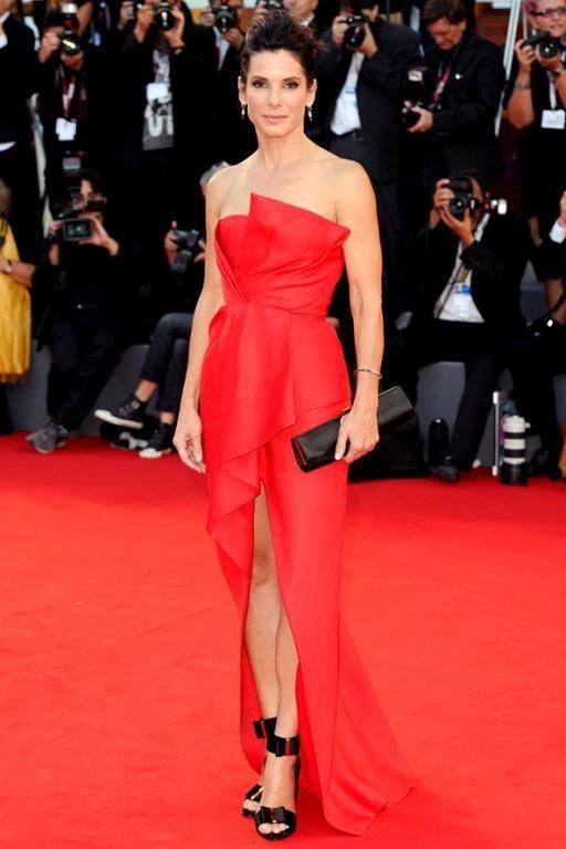 بدت Sandra Bullock متوهجة بالأحمر في فستان من J.Mendel