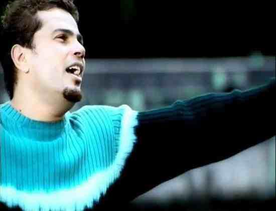 عمرو بالبلوفر الأزرق الشهير لألبوم تملى معاك منذ 14 عاما