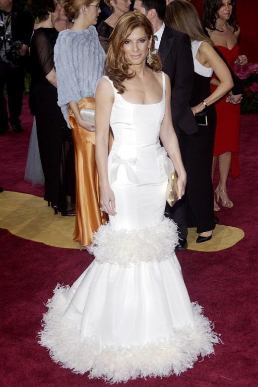 فستان أبيض فاخر من Oscar de la Renta