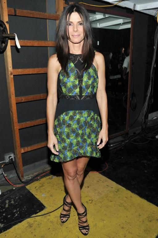 فستان بتصميم عصري اختارته Sandra Bullock من Antonio Berardi