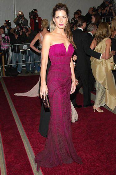 فستان مميز باللون البنفسجي من Alberta Ferretti