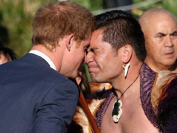 نيوزيلاندا تقدم التحية للأمير هاري بطريقتهم التقليدية (1)