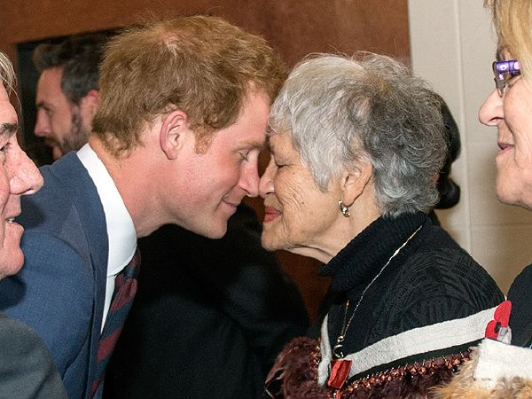 نيوزيلاندا تقدم التحية للأمير هاري بطريقتهم التقليدية (3)