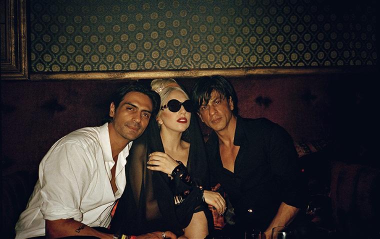 Lady Gaga تتوسط Shahrukhan و Arjun Rampal