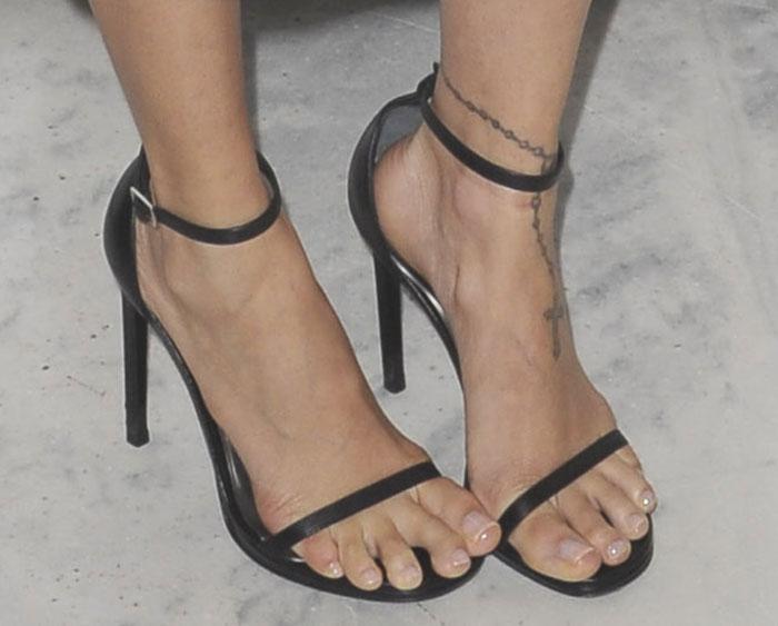 Nicole-Richie-in-Siren-Ivette-Black-Sandals