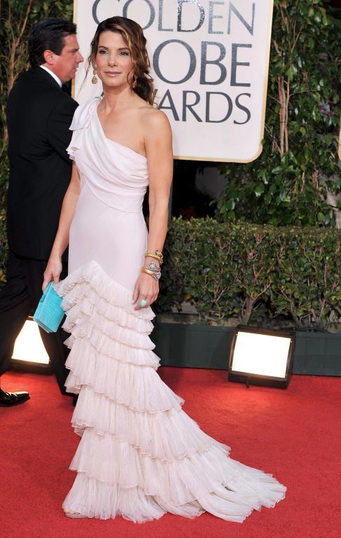 Sandra Bullock في فستان أبيض مع كشاكش وبكتف واحد