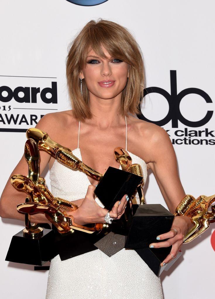 resized_Taylor Swift Wearing Carrerea y Carrera