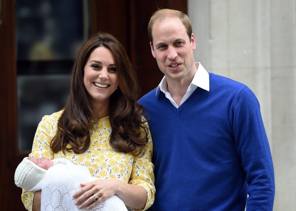 الأمير ويليام وزوجته يحافظان على التقاليد الملكية برعاية الأطفال (10)