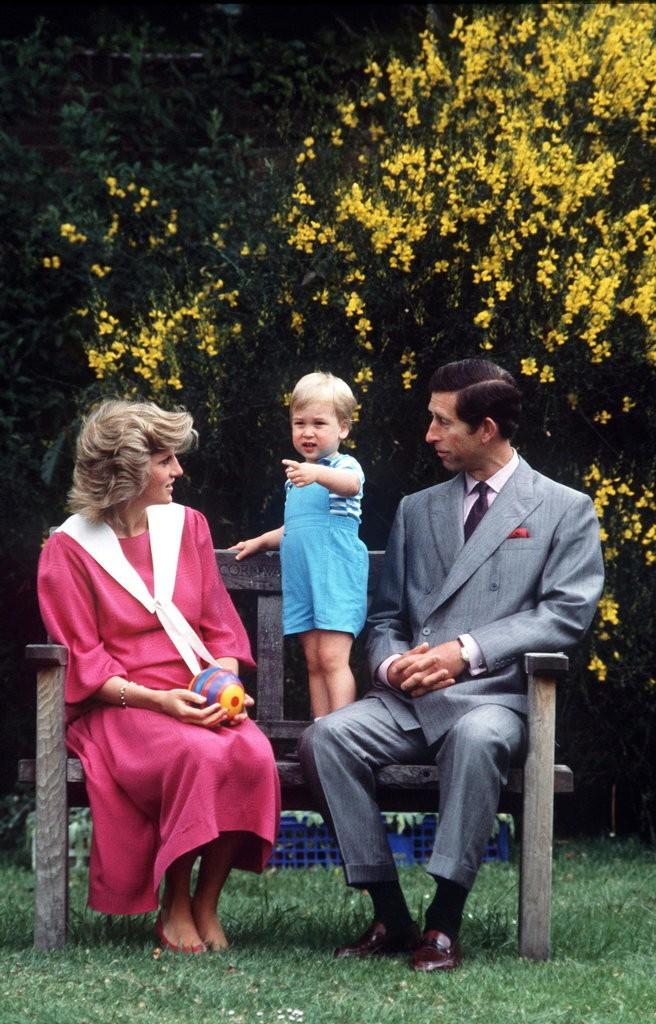 الأمير ويليام وزوجته يحافظان على التقاليد الملكية برعاية الأطفال (3)
