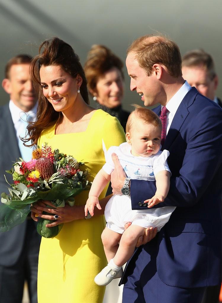 الأمير ويليام وزوجته يحافظان على التقاليد الملكية برعاية الأطفال (6)
