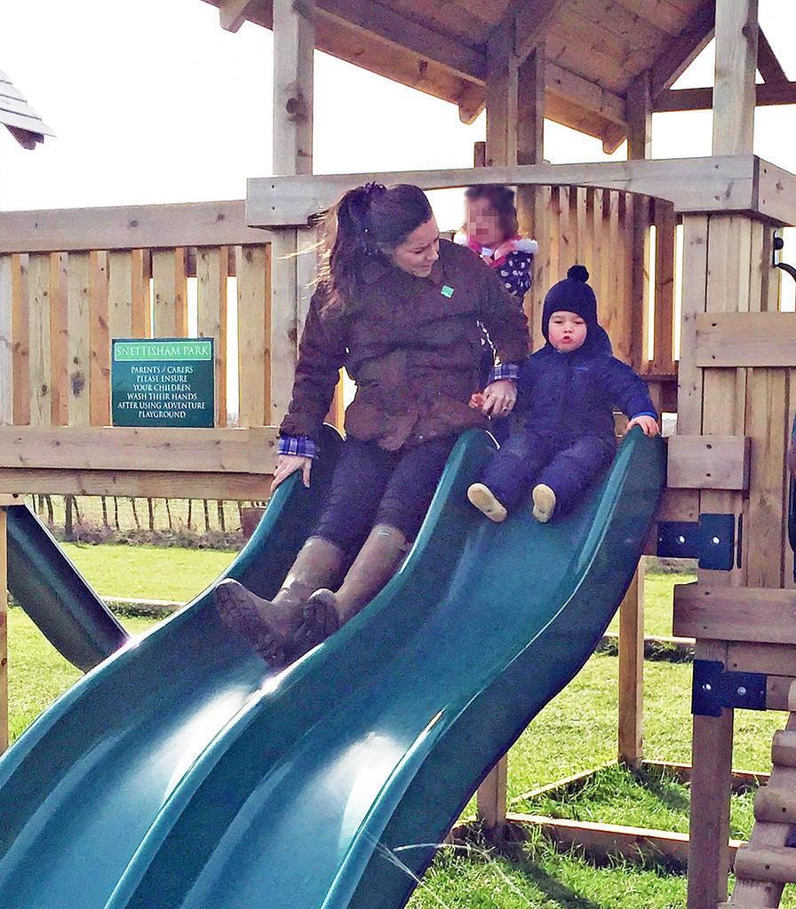 الأمير ويليام وزوجته يحافظان على التقاليد الملكية برعاية الأطفال (8)