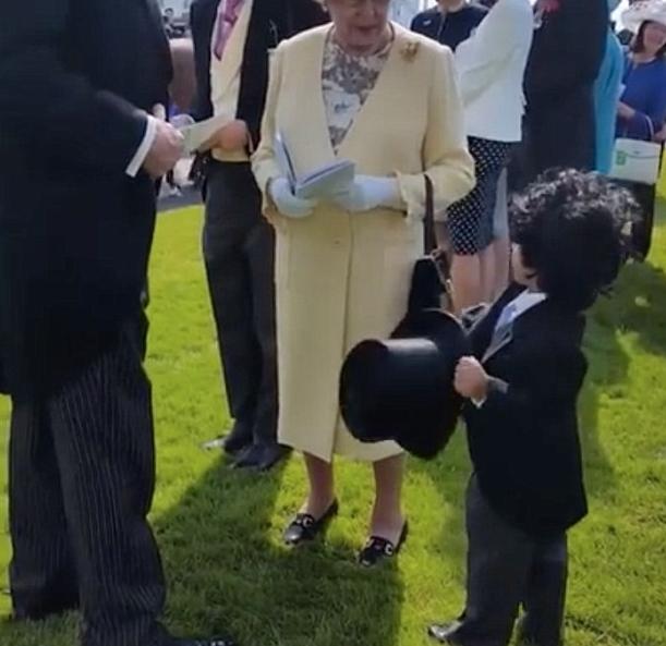 الطفل يلقي التحية على الملكة (1)