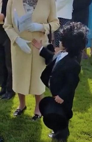 الطفل يلقي التحية على الملكة (2)