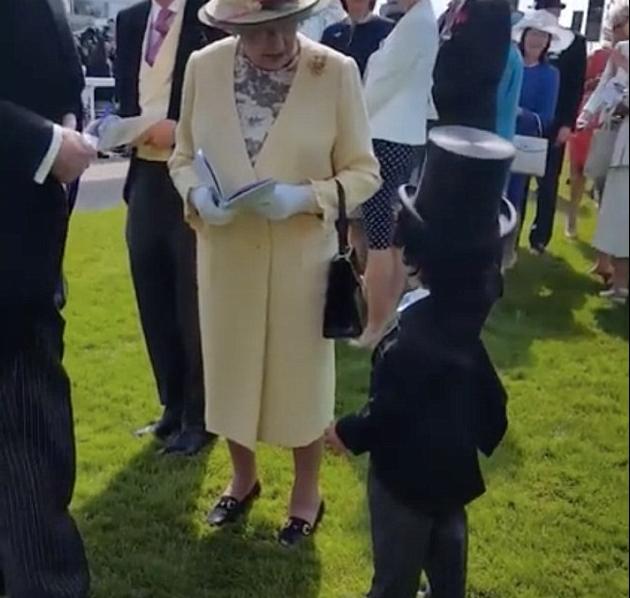الطفل يلقي التحية على الملكة (3)