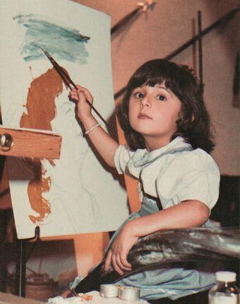 صورة خاصة من أرشيف هي للشيخة منال في طفولتها وهي ترسم