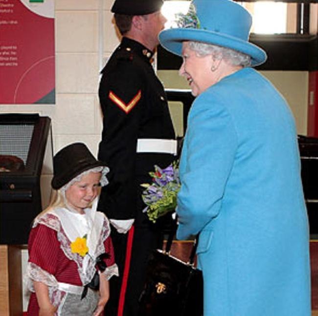 طفلة تهدي الملكة إليزابيث الثانية الورد فتتلقى صفعة قوية (3)