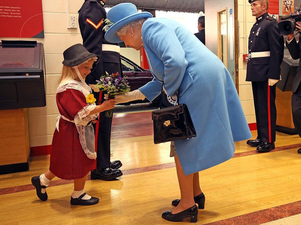 طفلة تهدي الملكة إليزابيث الثانية الورد فتتلقى صفعة قوية (4)