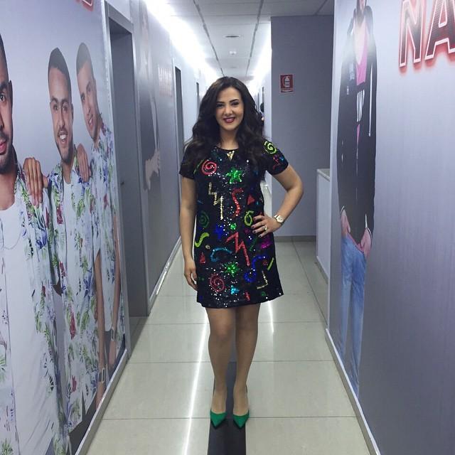 فستان من الترتر الملون وع حذاء أخضر كانا خيار دنيا سمير غانم