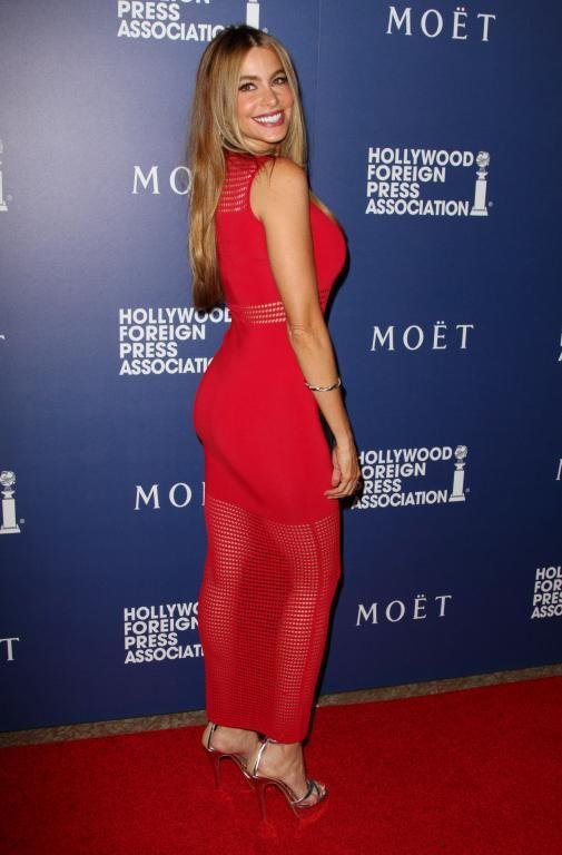 في فستان باللون الأحمر