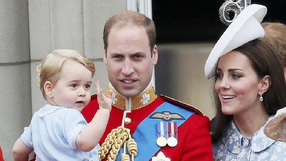 resized_الأمير جورج يقدم التحية للمحتفلين بعيد ميلاد الملكة  (6)