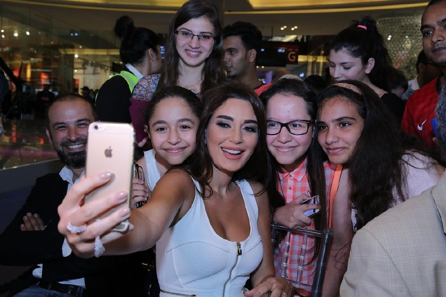 resized_OSN 24 Carat - Cyrine selfie with fans.