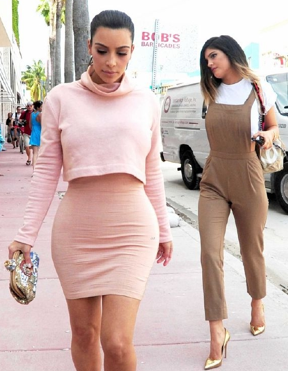 resized_kim-kardashian-steals-kylie-jenners-bikini-14