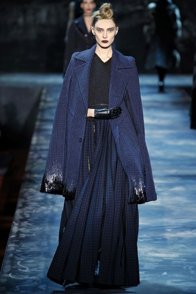 resized_marc-jacobs-fall-2015-runway-blue-cape-sequins-main