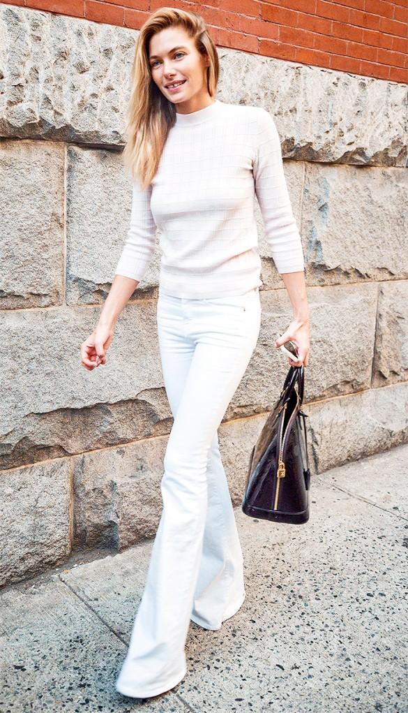 أناقة جيسيكا هارت بالجينز الأبيض