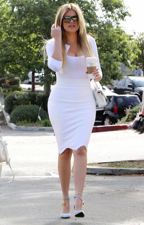 إطلالتها البيضاء مع حذاء سماوي من Tom Ford