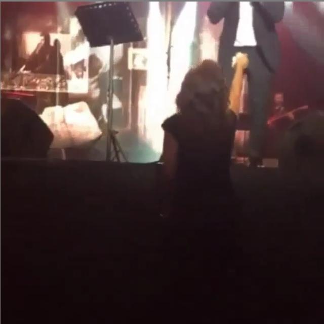 . إليسا تمسح عرق وائل كفوري على المسرح (2)