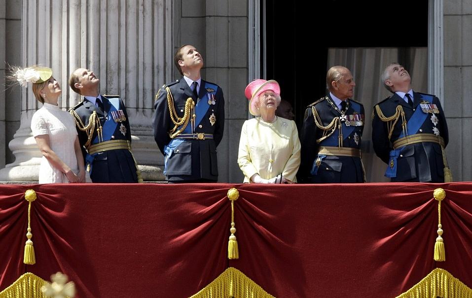 الملكة إليزابيث تحي المحاربين القدامى في الذكرى الخامسة والسبعين  (15)