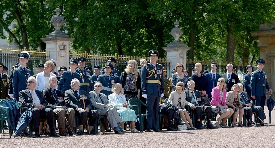 الملكة إليزابيث تحي المحاربين القدامى في الذكرى الخامسة والسبعين  (21)