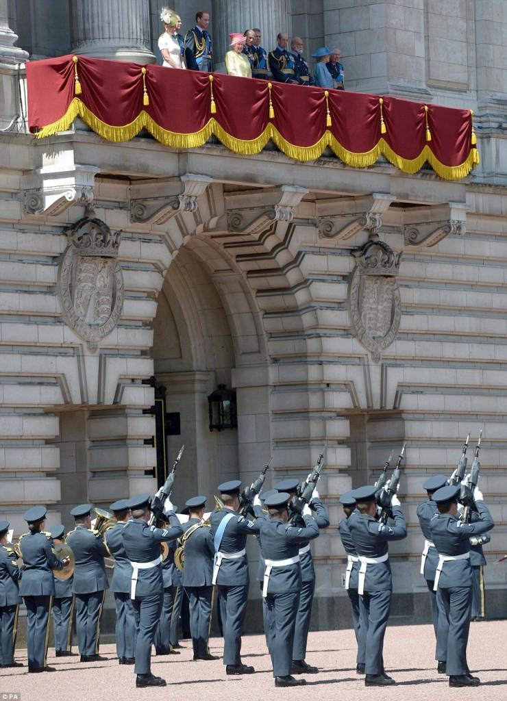 الملكة إليزابيث تحي المحاربين القدامى في الذكرى الخامسة والسبعين  (24)