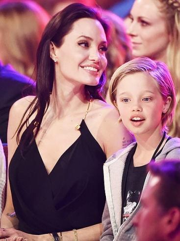 الممثلة أنجيلينا جولي وابنتها