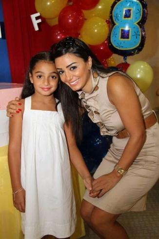 الممثلة السورية ديما الجندي وابنتها