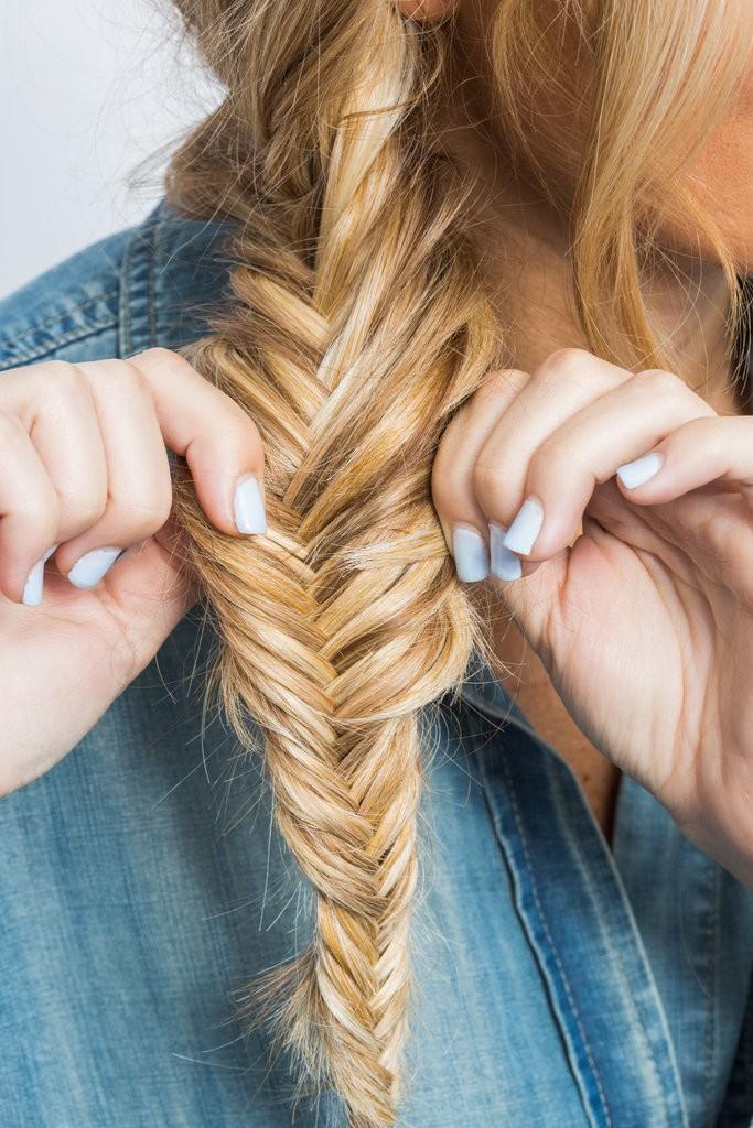كيف تقومين بتصفيف شعرك على شكل ضفيرة مكونة من جزئيين (9)