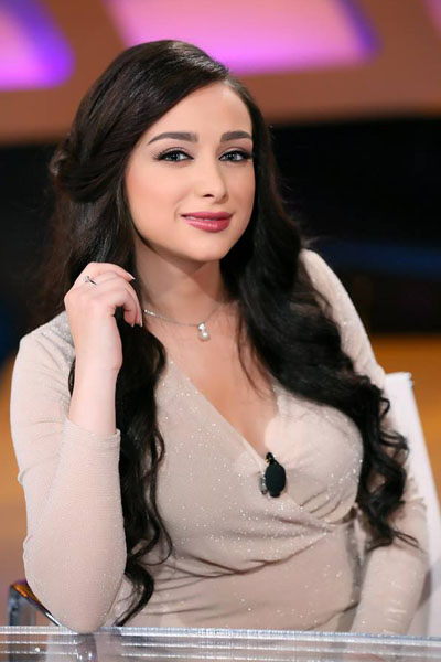 لونا بشارة باطلالة هادئة بلون كريمي