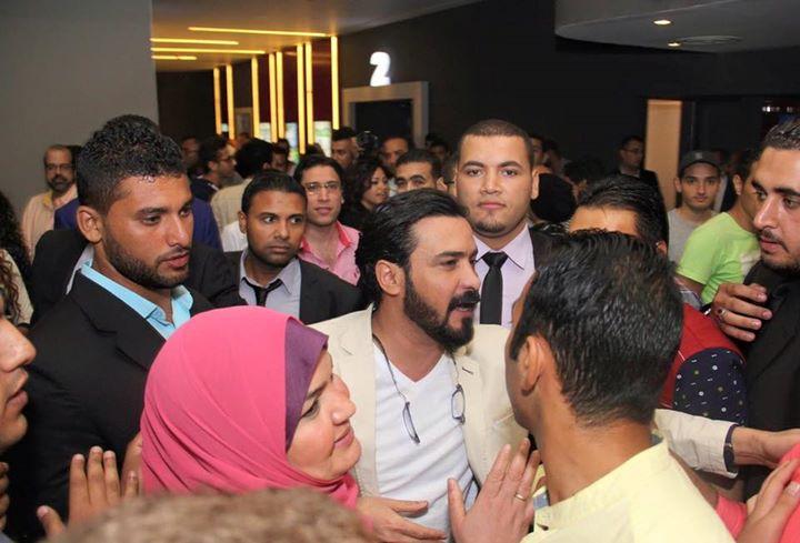 محمد رجب يهرب من الصحفيين أثناء عرض الخلبوص (10)