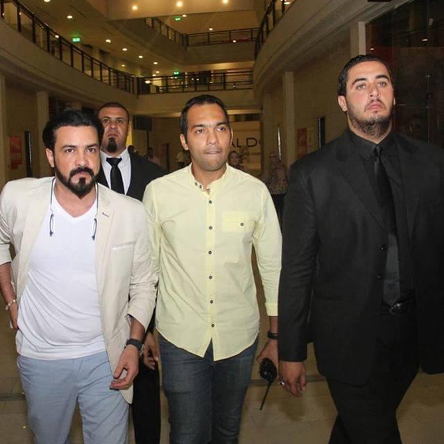 محمد رجب يهرب من الصحفيين أثناء عرض الخلبوص (2)
