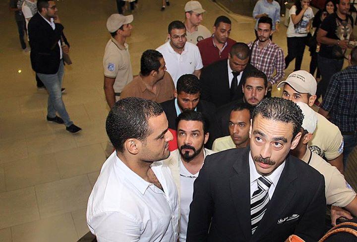 محمد رجب يهرب من الصحفيين أثناء عرض الخلبوص (3)