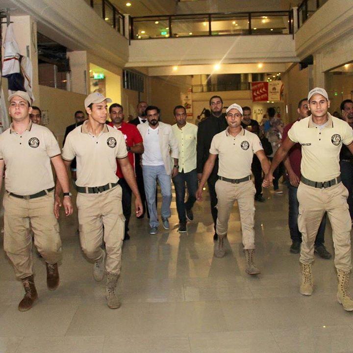 محمد رجب يهرب من الصحفيين أثناء عرض الخلبوص (4)