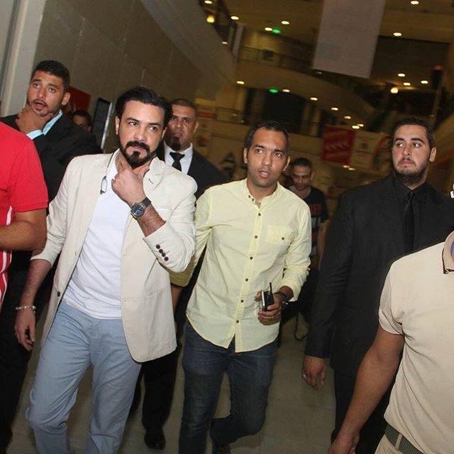 محمد رجب يهرب من الصحفيين أثناء عرض الخلبوص (5)