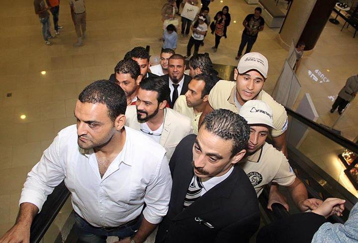 محمد رجب يهرب من الصحفيين أثناء عرض الخلبوص (6)