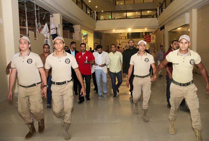 محمد رجب يهرب من الصحفيين أثناء عرض الخلبوص (9)