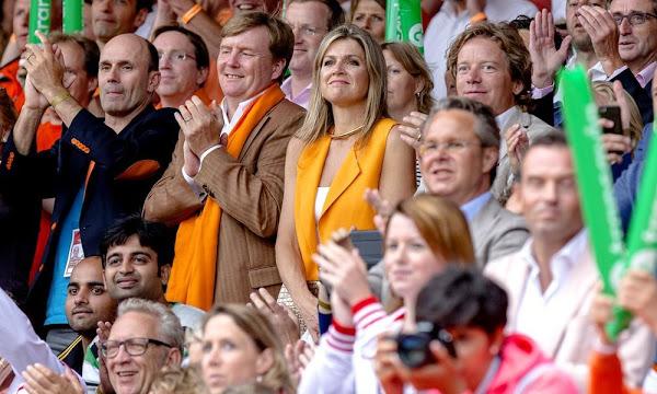 ملكا هولندا يحضران مباراة مثيرة وحماسية لكرة الطائرة الشاطئية (7)