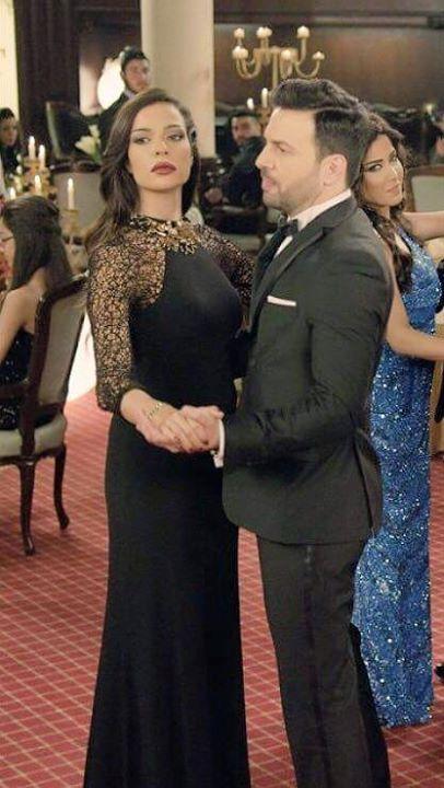 نادين نجيم في فستان أسود أنيق في لقطة من مسلسل تشيللو